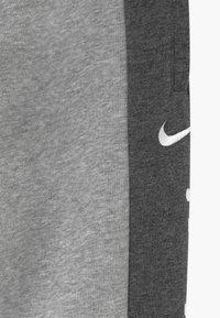 Nike Sportswear - Trainingsbroek - charcoal heather/grey heather/white - 3