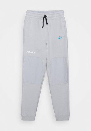 AIR PANT - Teplákové kalhoty - grey fog/laser blue