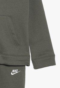 Nike Sportswear - SUIT CORE - Sudadera con cremallera - medium olive/white - 4