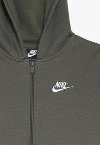 Nike Sportswear - SUIT CORE - Sudadera con cremallera - medium olive/white - 6