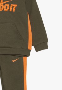 Nike Sportswear - CORE SET - Sweat à capuche - medium olive - 4