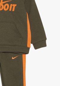 Nike Sportswear - CORE BABY SET - Survêtement - medium olive - 4