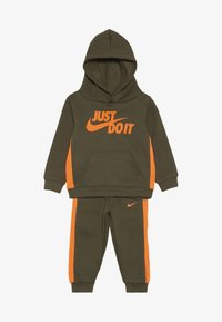 Nike Sportswear - CORE BABY SET - Survêtement - medium olive - 3