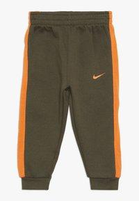 Nike Sportswear - CORE SET - Sweat à capuche - medium olive - 2
