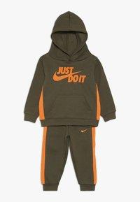 Nike Sportswear - CORE SET - Sweat à capuche - medium olive - 0