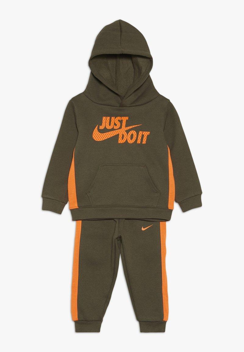 Nike Sportswear - CORE SET - Sweat à capuche - medium olive