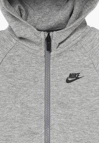 Nike Sportswear - TECH ESSENTIALS BABY SET - Survêtement - dark grey heather/black - 4