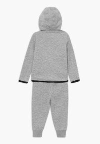 Nike Sportswear - TECH ESSENTIALS BABY SET - Survêtement - dark grey heather/black - 1