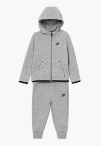 Nike Sportswear - TECH ESSENTIALS BABY SET - Survêtement - dark grey heather/black - 0