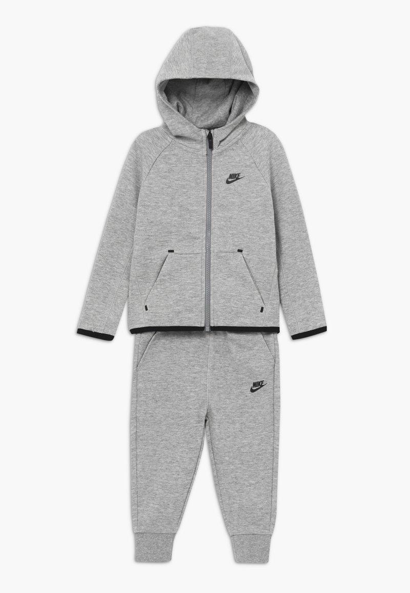 Nike Sportswear - TECH ESSENTIALS BABY SET - Survêtement - dark grey heather/black