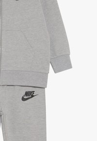Nike Sportswear - SOLID FUTURA PANT SET BABY - Zip-up hoodie - dark grey heather - 4