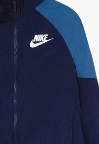 Nike Sportswear - WOVEN SET - Survêtement - midnight navy/mountain blue/white - 4