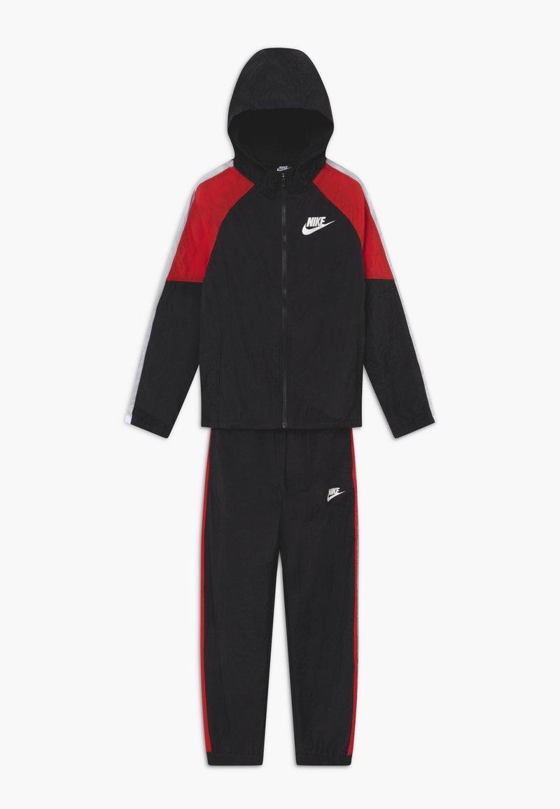 Nike Sportswear - WOVEN SET - Survêtement - black/university red/white
