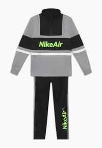 Nike Sportswear - TRACKSUIT SET - veste en sweat zippée - light smoke grey/black/black - 0