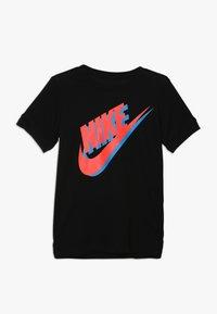 Nike Sportswear - TEE LARGE FUTURA - Triko spotiskem - black/bright crimson/photo blue - 0