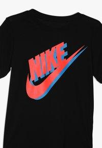 Nike Sportswear - TEE LARGE FUTURA - Triko spotiskem - black/bright crimson/photo blue - 3