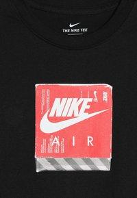 Nike Sportswear - TEE AIR SHOE BOX - T-shirt z nadrukiem - black - 4