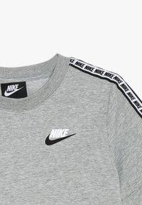 Nike Sportswear - REPEAT TEE - Print T-shirt - grey heather/white - 3