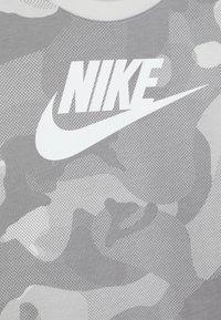 Nike Sportswear - CAMO - Longsleeve - platinum tint/vast grey - 4