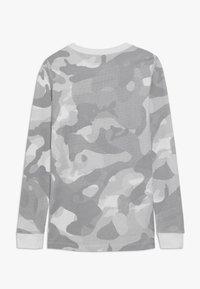 Nike Sportswear - CAMO - Longsleeve - platinum tint/vast grey - 1