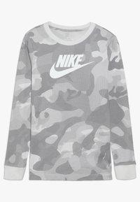 Nike Sportswear - CAMO - Longsleeve - platinum tint/vast grey - 0