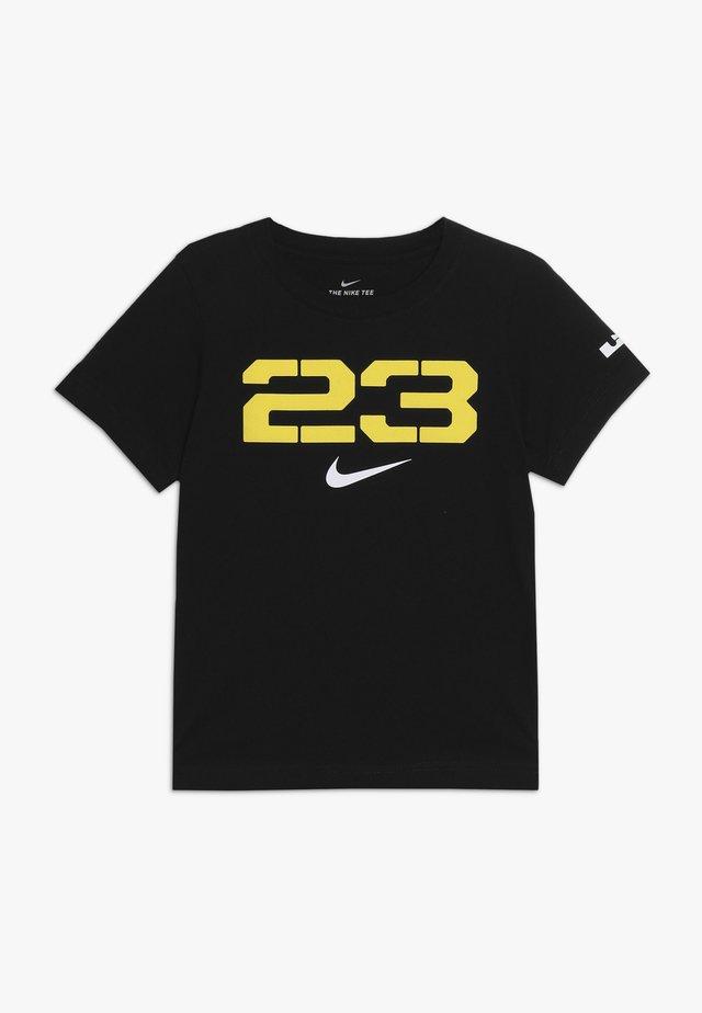 23 LEBRON TEE - Camiseta estampada - black