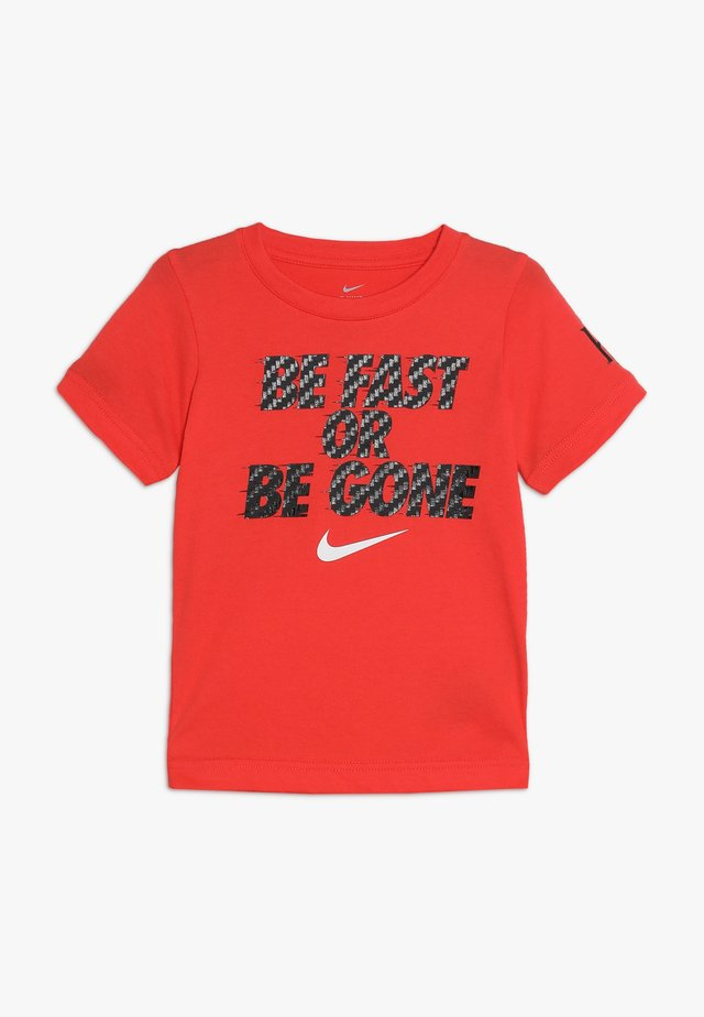 BE FAST OR BE GONE TEE - T-shirt print - bright crimson