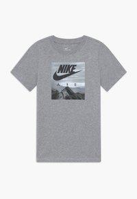 Nike Sportswear - PHOTO - T-shirt imprimé - grey heather - 0