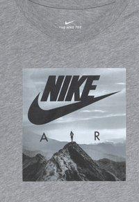 Nike Sportswear - PHOTO - T-shirt imprimé - grey heather - 3