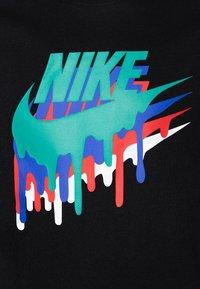 Nike Sportswear - MELTED CRAYON - T-shirt imprimé - black - 2