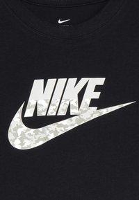 Nike Sportswear - B NSW TEE FUTURA CAMO - T-shirt imprimé - black - 3