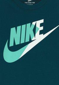 Nike Sportswear - AMPLIFY FUTURA - T-shirt imprimé - blue void - 3