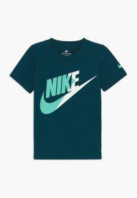 Nike Sportswear - AMPLIFY FUTURA - T-shirt imprimé - blue void - 0