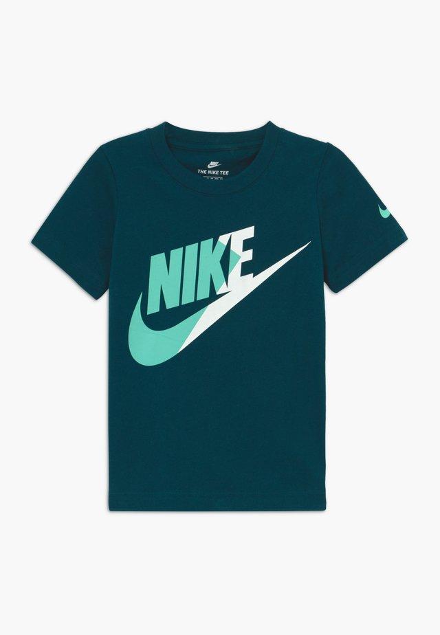 AMPLIFY FUTURA - T-shirt med print - blue void