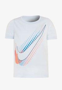 Nike Sportswear - OVERSIZE STACKED TEE - Print T-shirt - football grey - 0