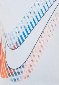 Nike Sportswear - OVERSIZE STACKED TEE - Print T-shirt - football grey - 2