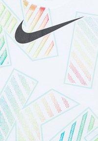 Nike Sportswear - TOSS SCOOP TEE - T-shirt imprimé - white - 2