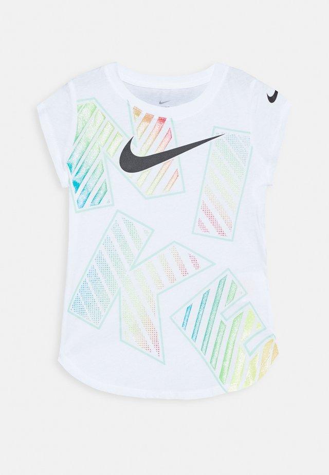 TOSS SCOOP TEE - Camiseta estampada - white