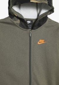Nike Sportswear - CLUB - Hoodie met rits - medium olive/total orange - 4