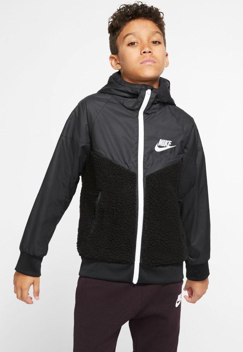 Nike Sportswear - NIKE SPORTSWEAR WINDRUNNER SHERPA-JACKE FÜR ÄLTERE KINDER (JUNGEN) - Blouson - black/white