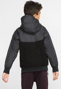 Nike Sportswear - NIKE SPORTSWEAR WINDRUNNER SHERPA-JACKE FÜR ÄLTERE KINDER (JUNGEN) - Blouson - black/white - 2