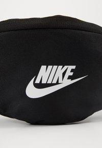 Nike Sportswear - HERITAGE - Heuptas - black/white - 6