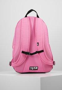Nike Sportswear - HAYWARD - Reppu - china rose/black - 2