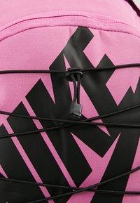 Nike Sportswear - HAYWARD - Reppu - china rose/black - 6