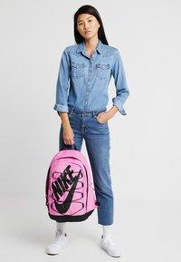 Nike Sportswear - HAYWARD - Reppu - china rose/black - 1