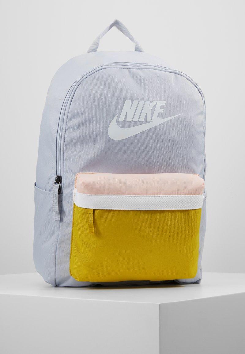 Nike Sportswear - HERITAGE - Sac à dos - sky grey/saffron quartz/white