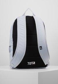 Nike Sportswear - HERITAGE - Sac à dos - sky grey/saffron quartz/white - 2