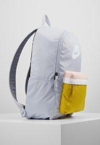 Nike Sportswear - HERITAGE - Sac à dos - sky grey/saffron quartz/white - 3