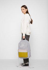 Nike Sportswear - HERITAGE - Sac à dos - sky grey/saffron quartz/white - 1