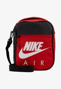 Nike Sportswear - FUELPACK - Taška spříčným popruhem - university red - 1